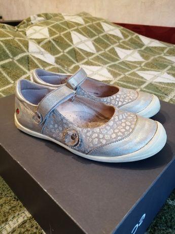 Туфли кожаные на девочку 30р