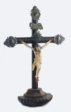 Krucyfiks podstawa dębowa, w formie połowy ośmioboku, od spodu zdob