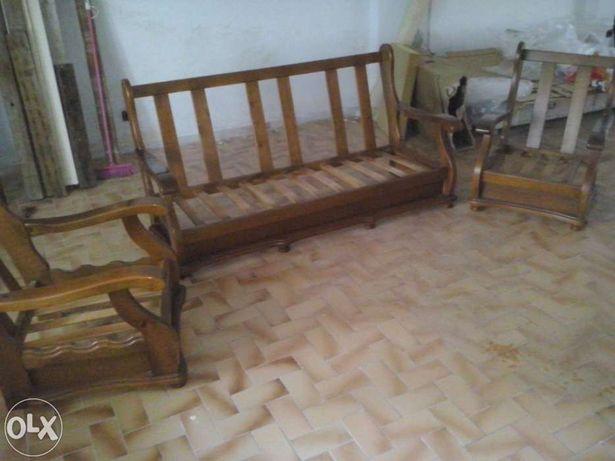 Conjunto de sofás com casco de madeira