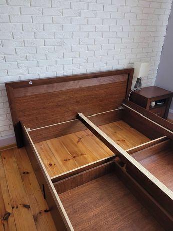 Łóżko z dwiema szafkami nocnymi