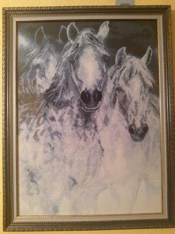 Картина вышита нитками в техники крест Лошади