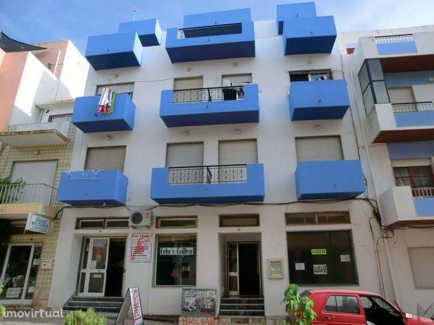 Quarteira - Prédio central com 2 lojas e 7 apartamentos