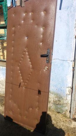 Двери входа деревянные