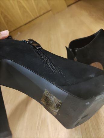 Sapatos altos pretos como novos
