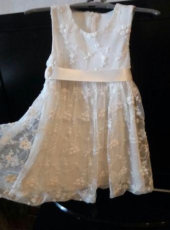продам Платье нарядное белое кружево нежное на 3года
