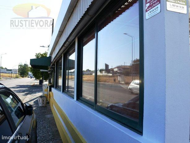 Antigo Restaurante no Bairro das Nogueiras com esplanada ...
