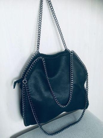 Czarna ciekawa torebka na łańcuszku piękna