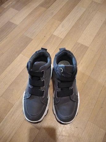 Продам жіночі кросівки