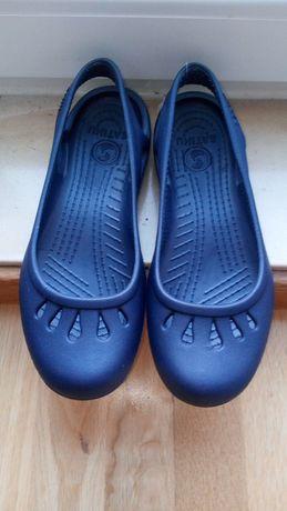 Sabrina azul escuro tipo Crocs 38