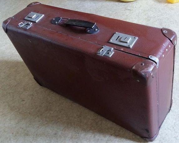 Zabytkowa walizka z PRL-u