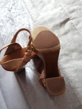 Sandálias castanhas e douradas 37