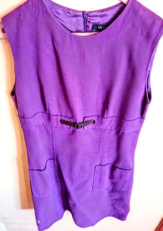 Vestido violeta pelo joelho