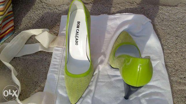 sapatos de salto verde