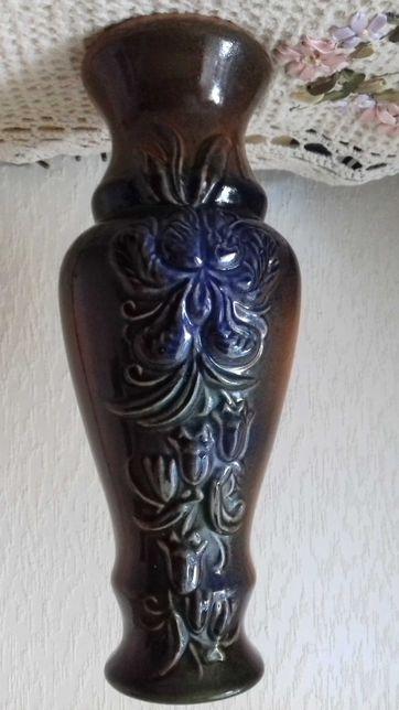 Керамическая ваза багато украшена выпуклыми цветами