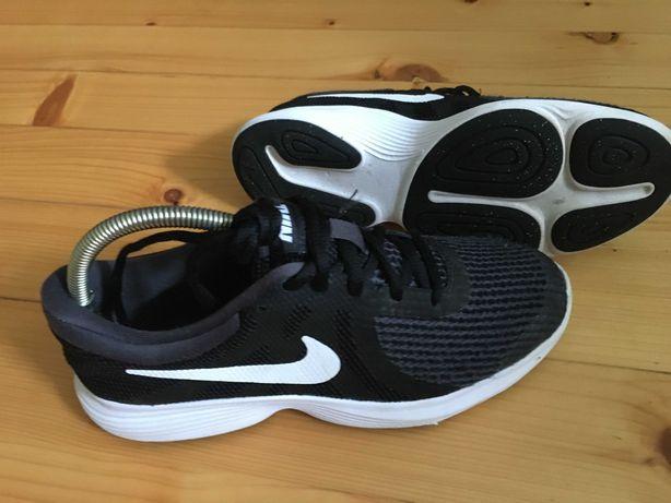 Кроссовки Nike Revolution 4. Размер 37,5 (23,5 см). Оригинал.