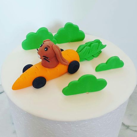Figurka cukrowa na tort lub ciasto marchewkowe ~ zając w aucie