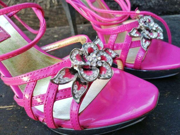 Яркие босоножки цвета фуксии на шнуровке