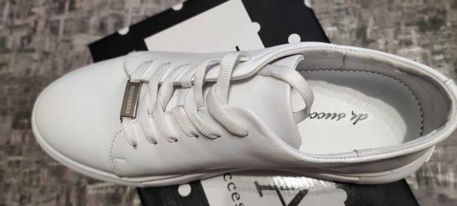 Женская обувь. Белые. Стильные мокасины.