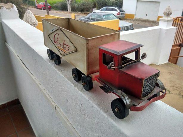 Camião em chapa muito antigo. comprimento 46 cm x 15 cm.