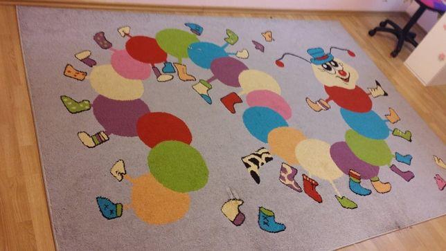 Kolorowy i wesoły dywan dla dziecka