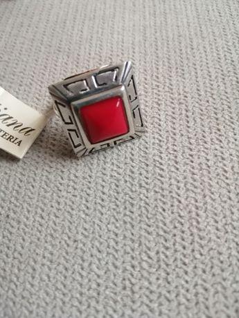 Srebrny pierścionek z koralem syntetycznym.