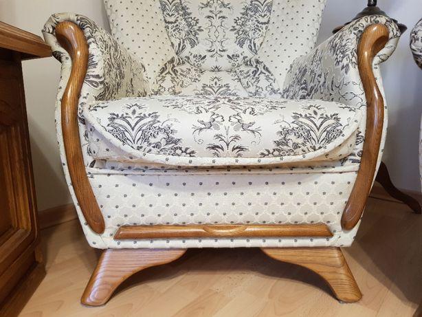 Elegancki stylizowany fotel retro z drewnem