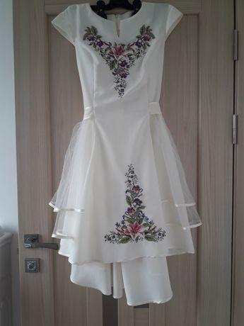 Плаття з вишивкою.
