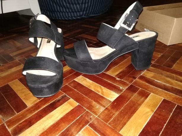 Sandália preta com fivela prateada