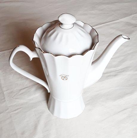 Белый фарфоровый чайник с позолотой для подачи чая или кофе