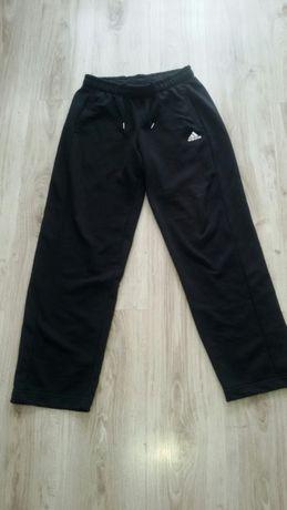 Spodnie Adidas z szeroką nogawką