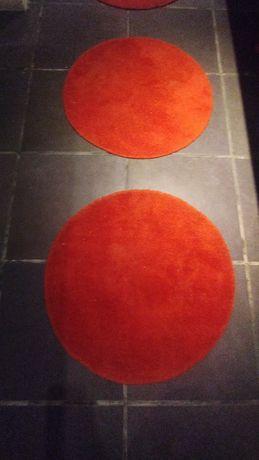 Bases vermelhas e redondas para chão