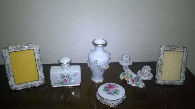 Conjunto de porcelana portuguesa pintado á mão.