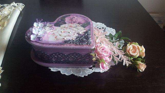 Piękne drewniane pudełko w kształcie serca na biżuterię lub prezent