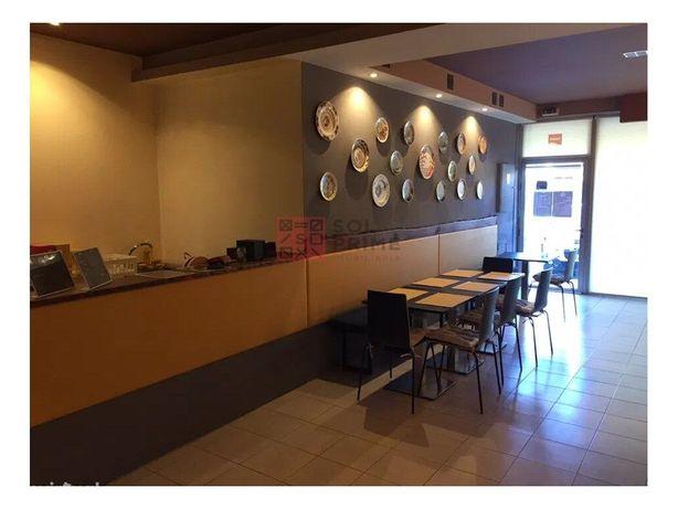 Trespasse Restaurante Churrasqueira com terraço no centro...