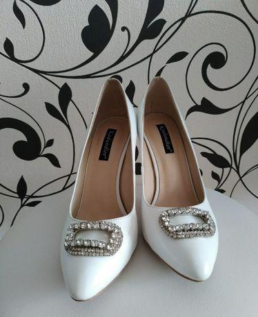 Продам женские белые туфли kadandier