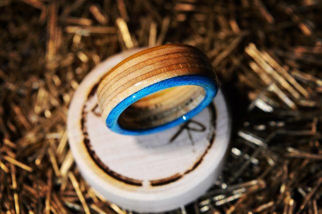 Ręcznie wykonany pierścionek z drewnianego blatu deskorolkowego
