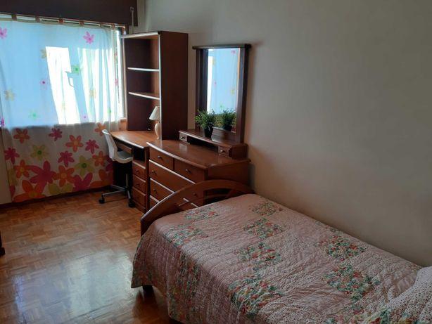 Quarto em apartamento próximo ao hospital de S. João.