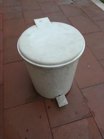 Cesto do lixo com balde usado