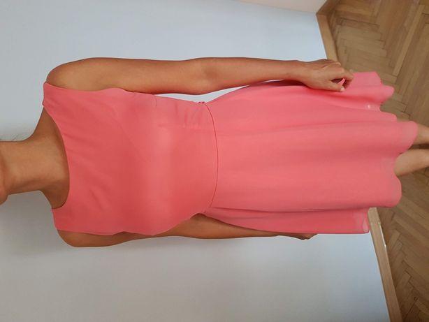 Malinowa sukienka dłuższy tył