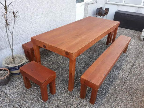 Mesas em madeira com bancos