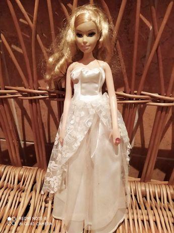 Lalka Barbie świecący pierścionek.