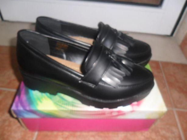 Sapatos pretos novos