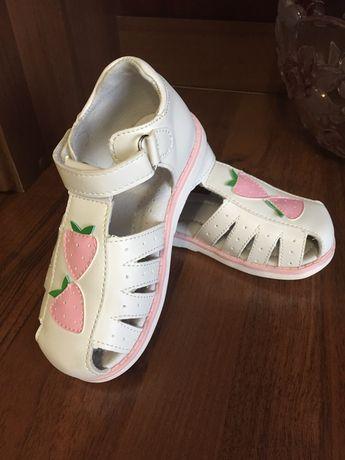 Новые кожаные туфли на девочку. Размер 26.