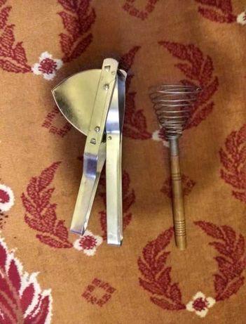 Stary sprzęt kuchenny Trzepaczka i przeciskarka do ziemniaków