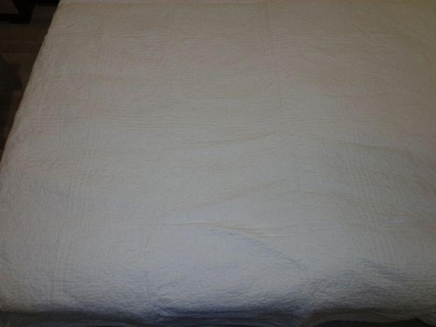 Покрывало стеганное белого цвета, размер 2,7*2,2м.