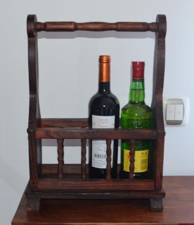 Suporte para 3 Garrafas de Vinho, em madeira maciça de boa qualidade