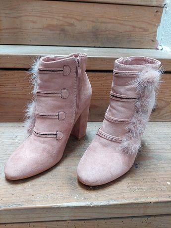 Botas rosa velho com plumas