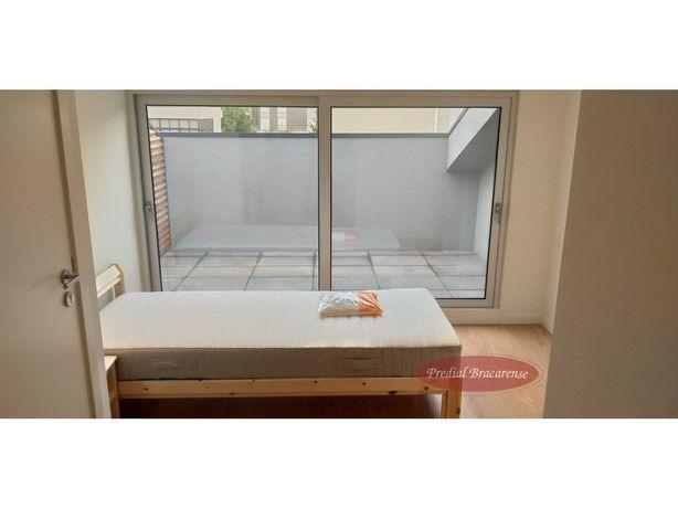 Quarto suite, com terraço e ar condicionado, novo.