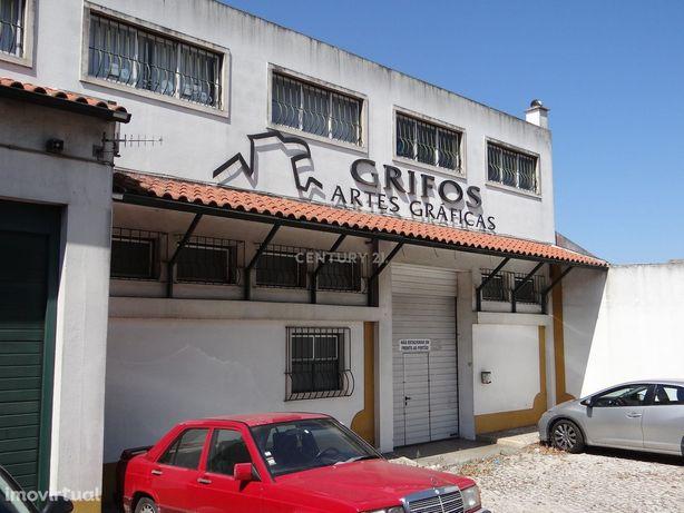 Armazém / pavilhão industrial nos arredores de Lisboa
