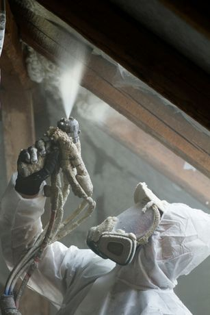 Ocieplanie pianką PUR dachu izolacje natryskowe poddasza pianą